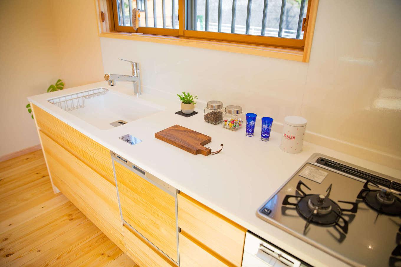 だいはるの家/大春建設【収納力、自然素材、間取り】対面キッチンが主流のなか、壁付けにしたことでリビングダイニングを広く使えるようになった。窓からの景色を眺めながら料理すると、思わずハミングしたくなる♪