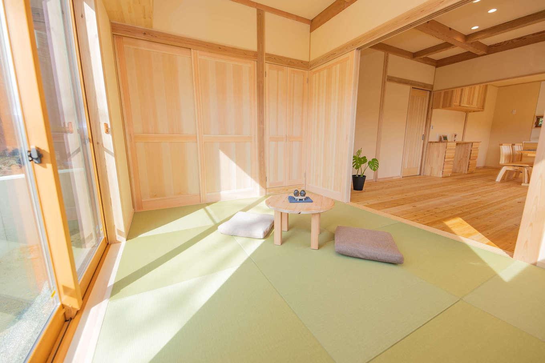 だいはるの家/大春建設【収納力、自然素材、間取り】リビングから連続する6畳の和室。畳は日焼けせず、お手入れも簡単な和紙畳。サンルームと直結し、取り込こんだ洗濯物をたたんだり、家事時間を短縮できる。間仕切りすれば、ゲストの寝室にもなる