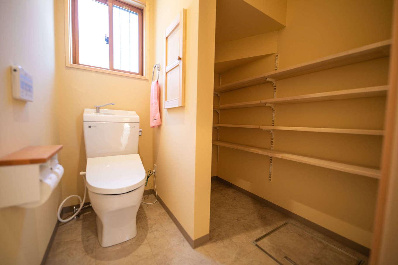 だいはるの家/大春建設【収納力、自然素材、間取り】階段下のデッドスペースを有効活用した大容量の収納をトイレに隣接させて、空間を広く使う。同社ならではの気の利いた提案がうれしい