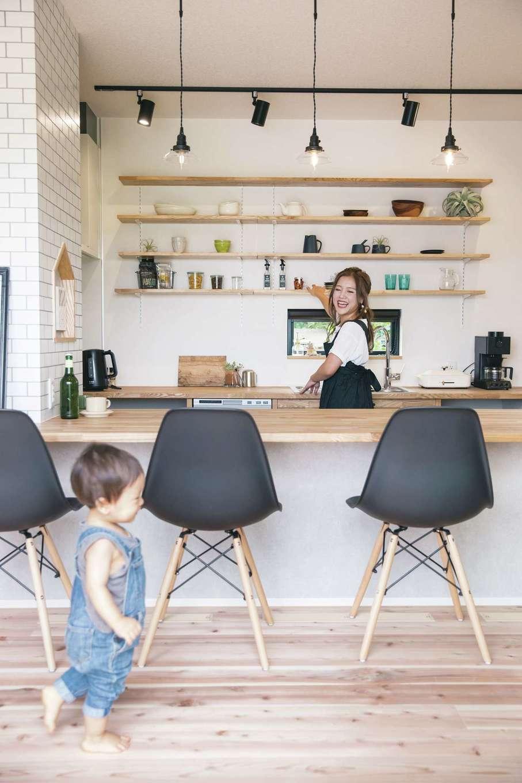 小幡建設【デザイン住宅、省エネ、間取り】家事をしている最中でも、リビングダイニングを見渡すことができるカウンタースタイルのキッチン。イスに座っている人と会話を楽しめるようにしたいと考え、キッチンの床をリビングよりも一段低く設定している