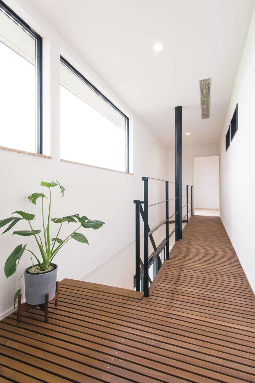 小幡建設【デザイン住宅、省エネ、間取り】階下に光が届くよう2階の廊下をすのこ状に