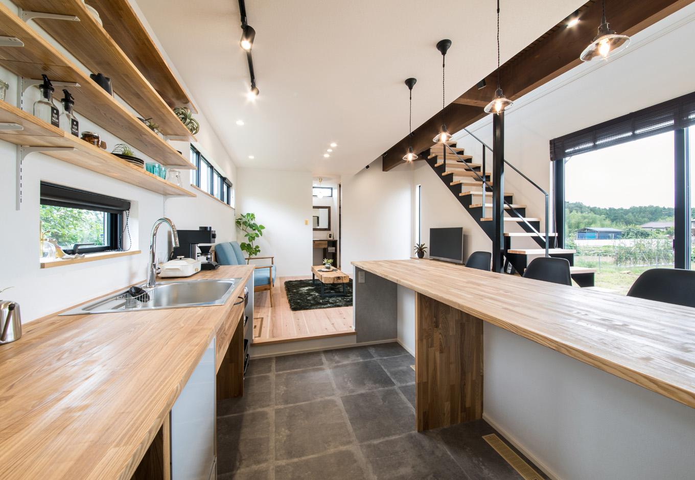 小幡建設【デザイン住宅、省エネ、間取り】キッチンでは料理をしながらは外の景色を楽しめる