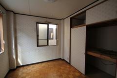 狭く区切られていた2階の部屋は、子供の成長に合わせて変更できるよう、広いホールのようにした