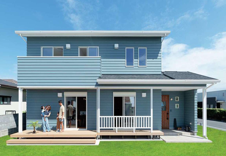 KureKen 榑林建設【デザイン住宅、省エネ、間取り】当初はガルバリウムを予定していたが、吹き抜けのあるゆったりとしたLDKにすることが決まり、外観も西海岸スタイルに。外壁やウッドデッキはメンテナンス性にも配慮