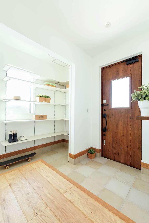 KureKen 榑林建設【デザイン住宅、省エネ、間取り】高さ可変の棚を備えた玄関。普段は開いて大きく使い、来客時はシューズクローク部分を目隠し。暮らし方にも配慮されている