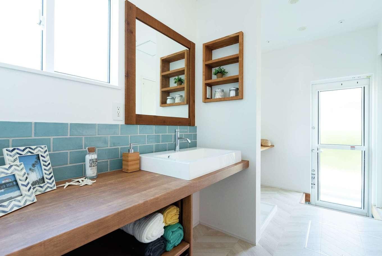 KureKen 榑林建設【デザイン住宅、省エネ、間取り】洗面台もオリジナル。タイルやニッチでプラスされるナチュラル感がうれしい。奥のランドリールームは勝手口やクローゼットにつながる