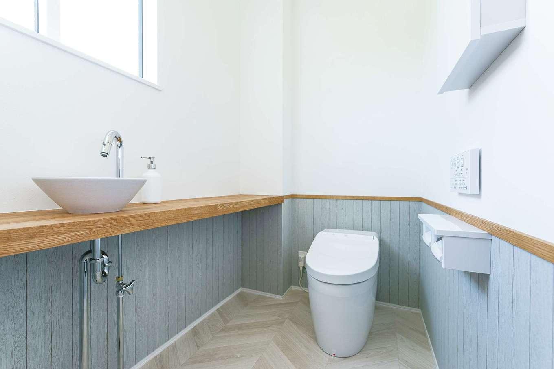 KureKen 榑林建設【デザイン住宅、省エネ、間取り】抑えたトーンのブルーとシンプルな水栓が清潔感と上品さを演出