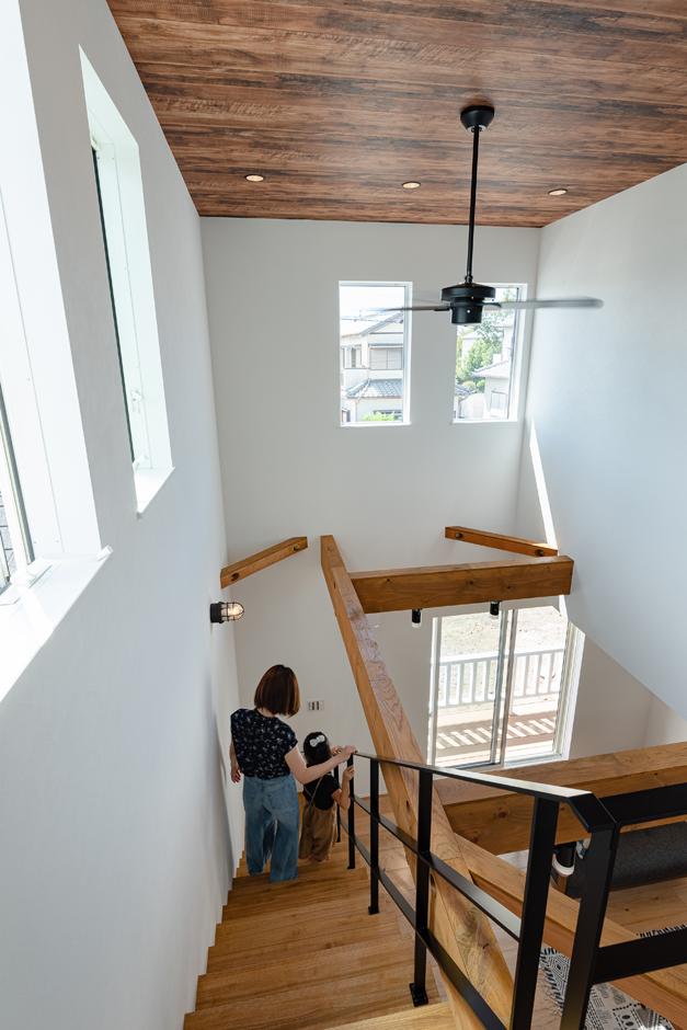 KureKen 榑林建設【デザイン住宅、省エネ、間取り】LDKを中心に和室、デッキ、2階までがつながり圧倒的な開放感。どこにいても声と気配が届く