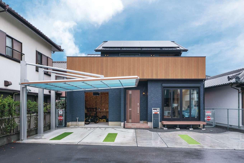 サンワ開発【趣味、屋上バルコニー、ガレージ】ネイビーに映える木目が外観のアクセントに。約5kWの太陽光発電を搭載し、蓄電池も装備