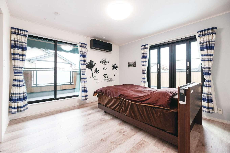 サンワ開発【趣味、屋上バルコニー、ガレージ】2階寝室は開口を広くとり、南面はフルオープンでベランダとつながる