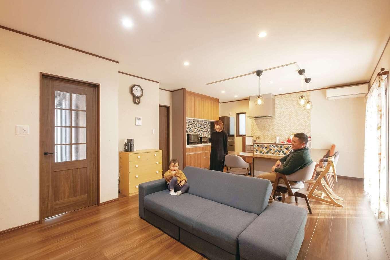 ダイニングテーブルは造作のキッチンカウンターが兼用。珪藻土の塗り壁で室内の空気も快適