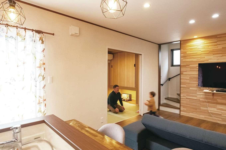 橋本組 ~つむぐ家~【間取り、デザイン住宅、省エネ】リビングはできるだけ広い空間を確保。L字型のキッチンにカウンターを造作し、ダイニングテーブルのスペースも省略した。和室を含め、LDKのどこにいても子どもの様子がわかる