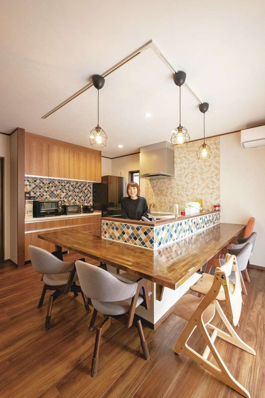 リビングとの行き来も楽なゆったりとした広さのキッチン。奥さまが選んだモロッカンタイルは、ご主人自らが施工した