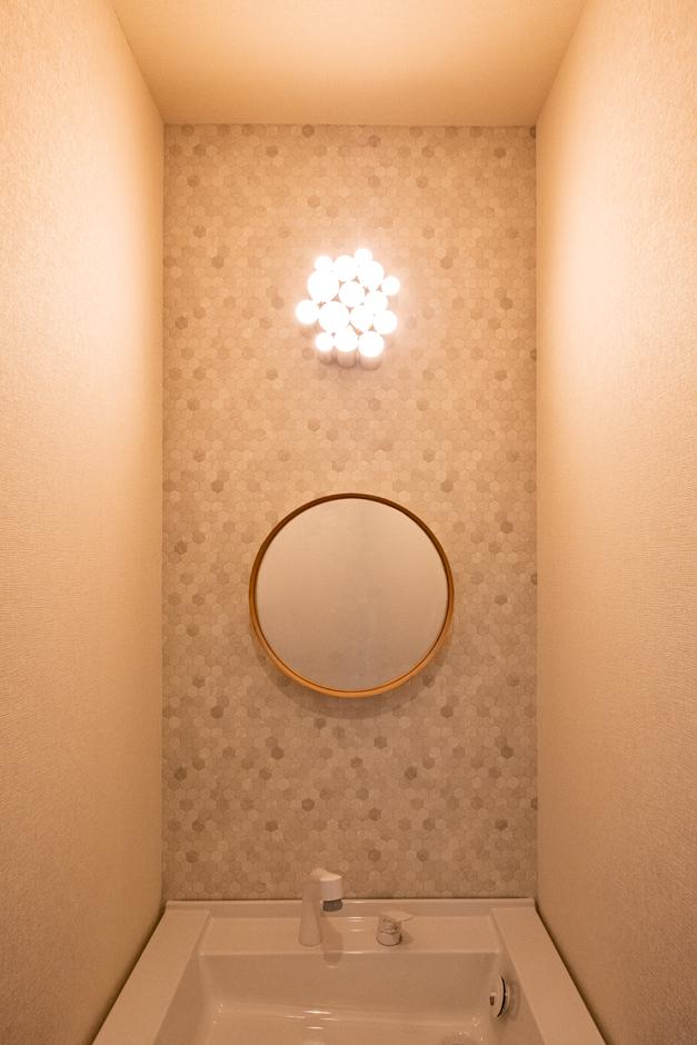 こだわりの照明と鏡がアクセントになった洗面