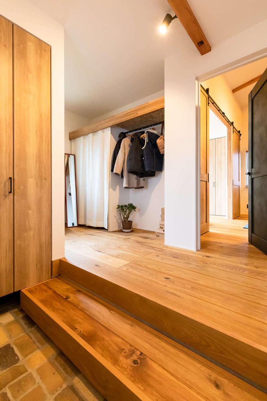 尾崎工務店【デザイン住宅、収納力、ガレージ】本物のアンティークレンガを貼った玄関ホール。ガレージと直結で、雨の日もストレスフリー。大容量のシューズクローゼットのほか、アウター専用のクローゼットも造作し、お出かけ時もラクラク