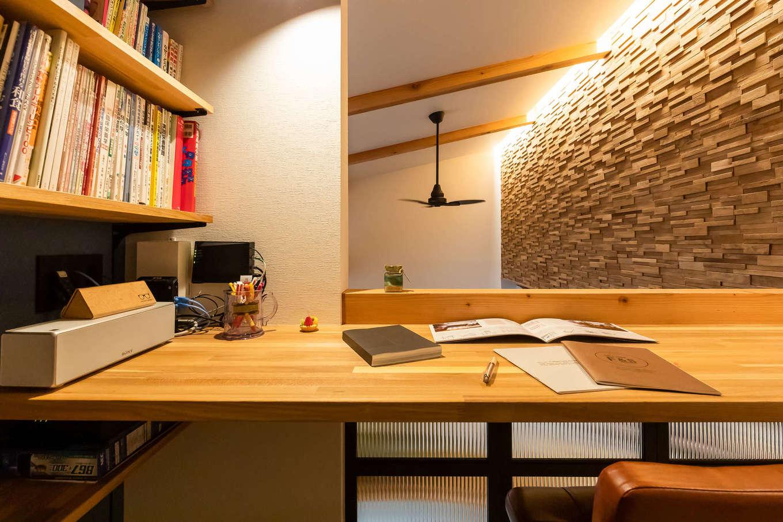 尾崎工務店【デザイン住宅、収納力、ガレージ】スキップフロアにつくった奥さまのワークスペース。木のカウンターと書棚を造作。吹抜けに面しているので、1階の気配を感じながら仕事や趣味に没頭できる
