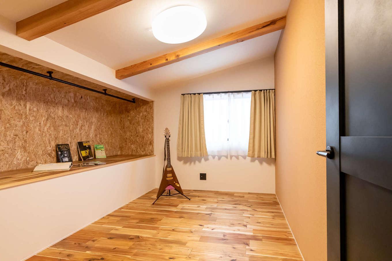 尾崎工務店【デザイン住宅、収納力、ガレージ】2階の子ども部屋。ガレージの上部に位置する複雑な構造で、クローゼットに扉を作らないことで空間を広く見せる。まだら模様が美しい床は無垢のアカシア