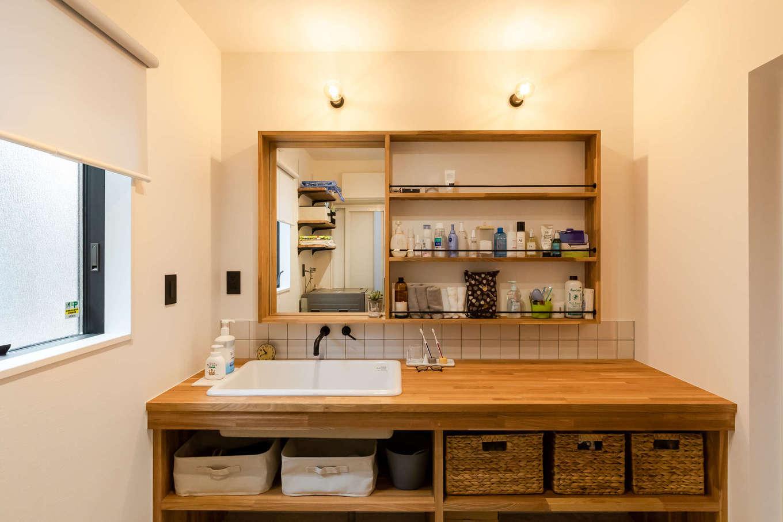 尾崎工務店【デザイン住宅、収納力、ガレージ】世界にたった1つだけのオリジナル洗面台。置きたい収納BOXのサイズに合わせて造作した。照明、深底シンク、水栓の組み合わせも素敵