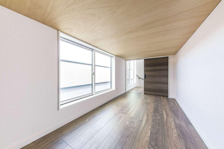 三和建設【収納力、屋上バルコニー、スキップフロア】5畳ほどの広いスペースと大きな窓が特徴の小屋裏収納。収納以外にも使えそう