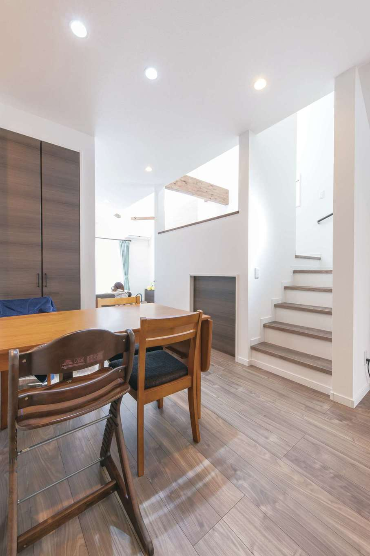 三和建設【収納力、屋上バルコニー、スキップフロア】中2階を中心にリビングとダイニングキッチンがほどよい距離感で配置されている。下は大きな収納で機能的に