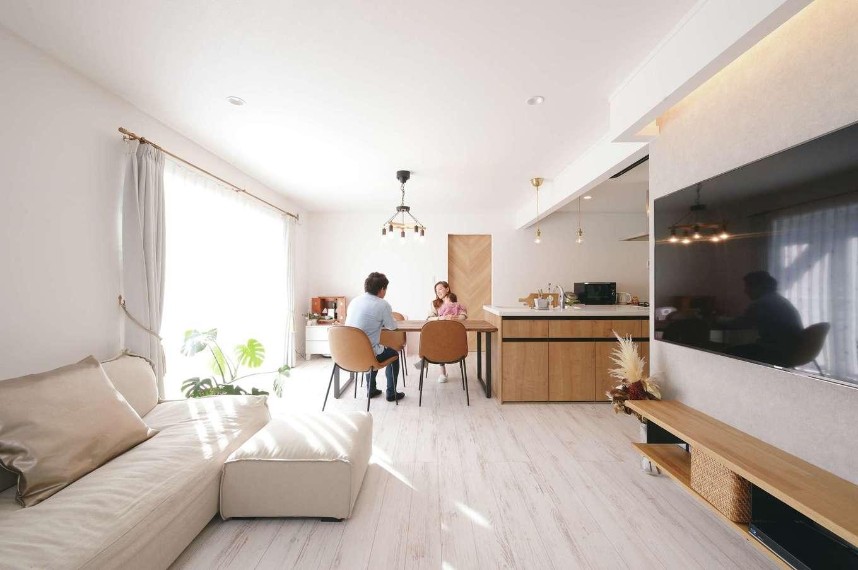 ハートホーム【子育て、輸入住宅、間取り】2×4工法ならではの間仕切りのない大空間。ダイニングテーブルをキッチンの真横に配置したことで、奥さまの家事効率もグーンとアップした。気密性が高いので、交通量が激しい表通りの音も気にならない