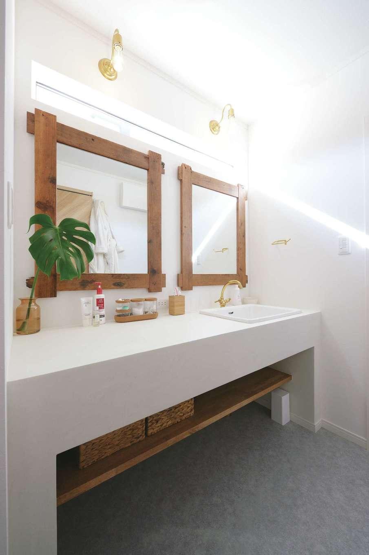 ハートホーム【子育て、輸入住宅、間取り】奥さまが最もこだわった洗面脱衣室。木枠の大きな鏡と造作の白い洗面台がすてき