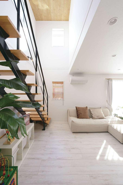 ハートホーム【子育て、輸入住宅、間取り】視界が開ける吹抜け空間。スケルトンの階段を採用したことで、より開放感が生まれた