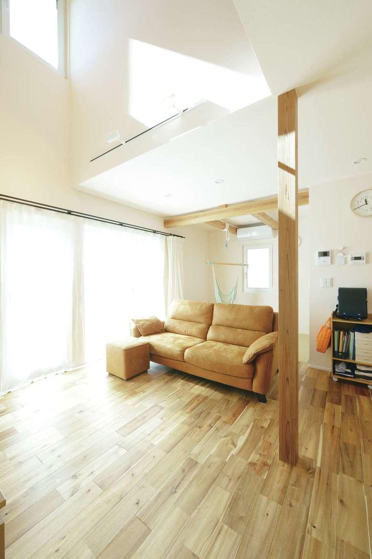 低燃費住宅 静岡(TK武田建築)【子育て、狭小住宅、省エネ】視界が開け、自然光がオフホワイトの漆喰に反射することで、実面積よりも広く感じられるLDK