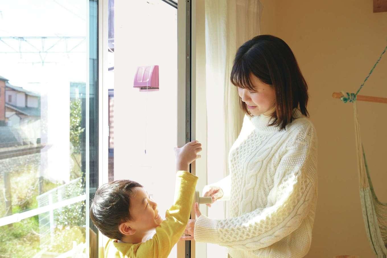 低燃費住宅 静岡(TK武田建築)【子育て、狭小住宅、省エネ】W断熱+国産トリプルサッシを標準採用。壁内結露もなく健康的に過ごすことができ、内開きなのでお手入れもしやすい