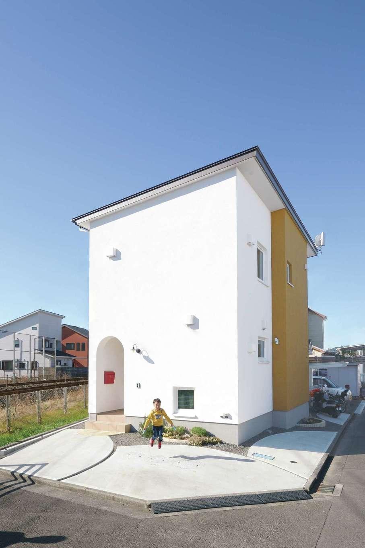 低燃費住宅 静岡(TK武田建築)【子育て、狭小住宅、省エネ】線路沿いに建つK邸。世界基準の高断熱性能とトリプルガラスにより、騒音も気にならない
