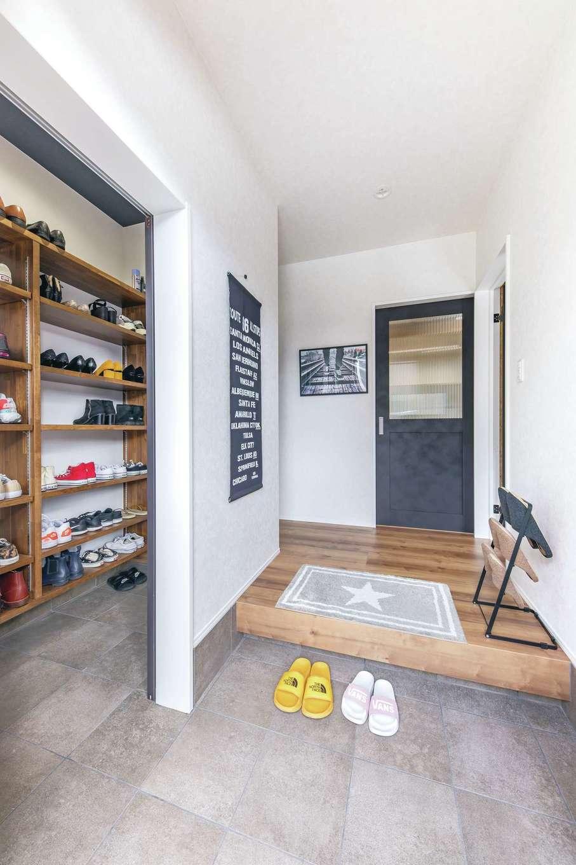 甲静ハウジング【子育て、間取り、ガレージ】家族の靴はシューズインクローゼットへ。内玄関からそのまま室内に上がれる動線も設けた
