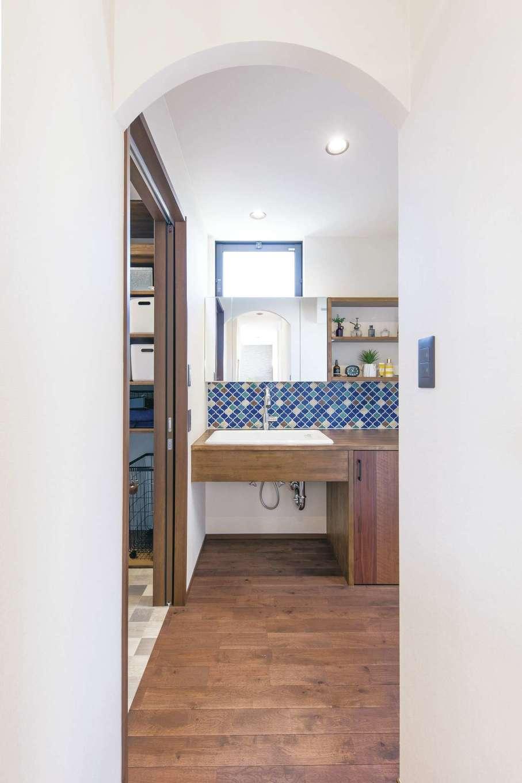 小玉建設【デザイン住宅、子育て、間取り】特徴的なアール天井がかわいらしい洗面室。姉妹の成長を考え、並んで使える広々とした洗面カウンターを造作。レトロ調のモザイクタイルもオシャレ。洗面室と分けた脱衣室には収納スペースを設け入浴時の手間を少なくした