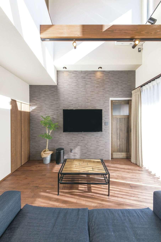 小玉建設【デザイン住宅、子育て、間取り】テレビ背面の壁は調湿効果のあるエコカラット。床の色に合うグレーに