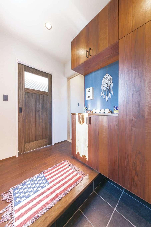 小玉建設【デザイン住宅、子育て、間取り】ヴィンテージ感をイメージして造作したシューズクロークとリビングドアがカッコイイ