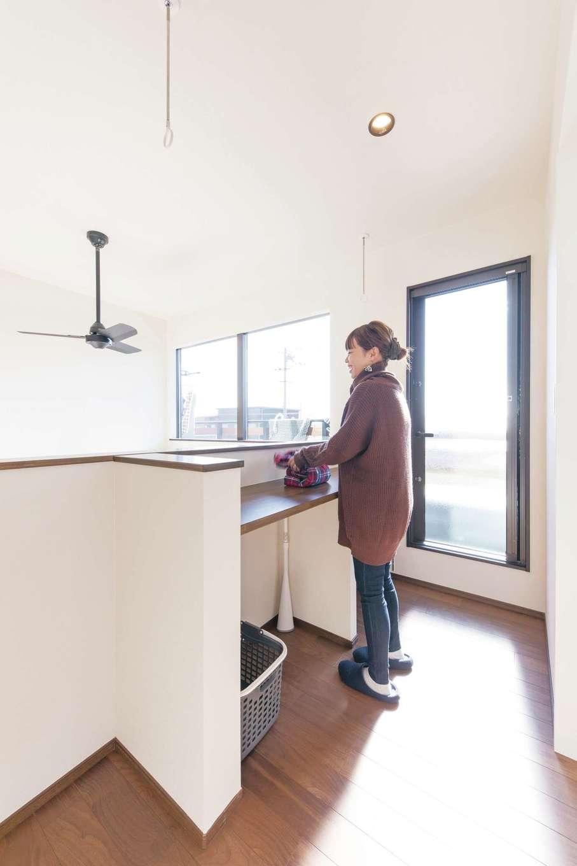 小玉建設【デザイン住宅、子育て、間取り】2階ホールに設けた家事スペースは、とりこんだ洗濯物を畳んだりアイロンをかけたり。室内干しもできる