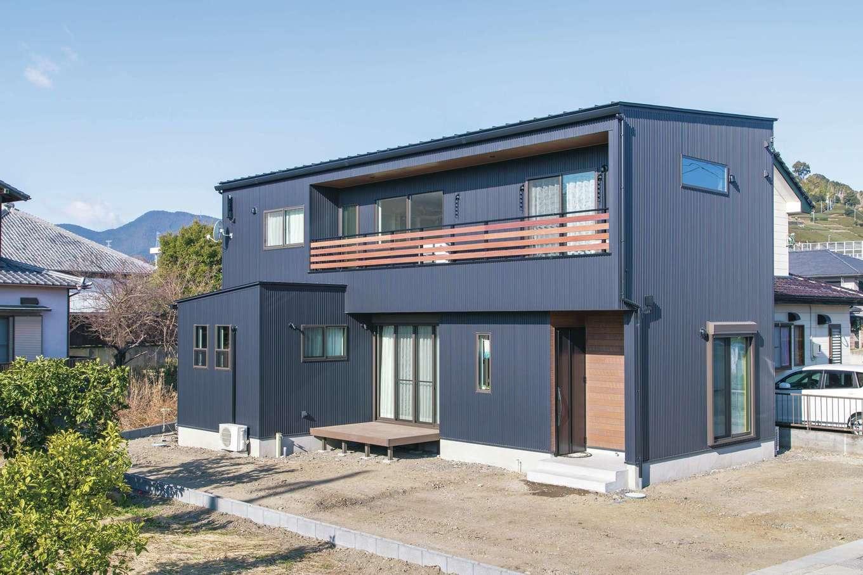 小玉建設【デザイン住宅、子育て、間取り】片流れ屋根のシンプルな外観。内観と同じテイストのカッコよく、ぬくもりを感じるデザインに