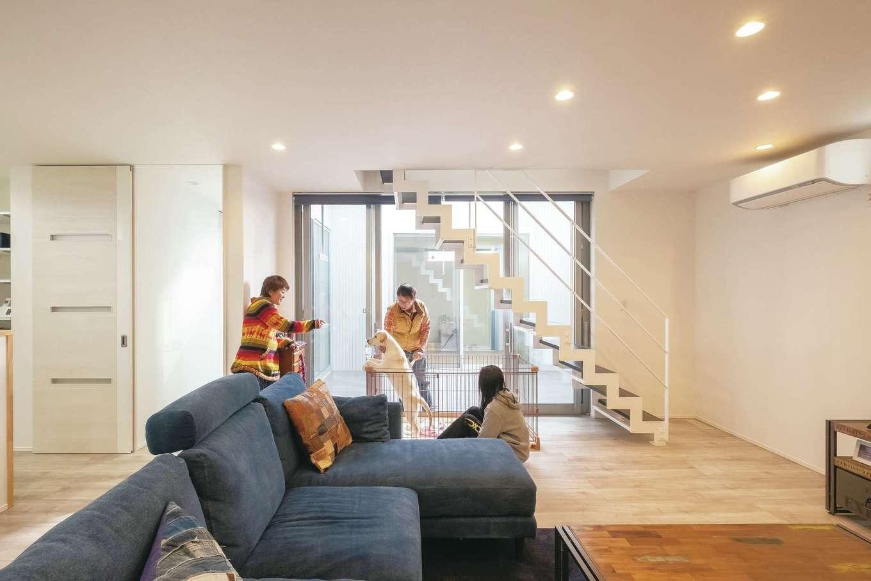 ティアラホームスタイル【デザイン住宅、間取り、ペット】室内は白を基調としたシンプルなデザイン。見る角度によって形を変える階段が空間のアクセントに