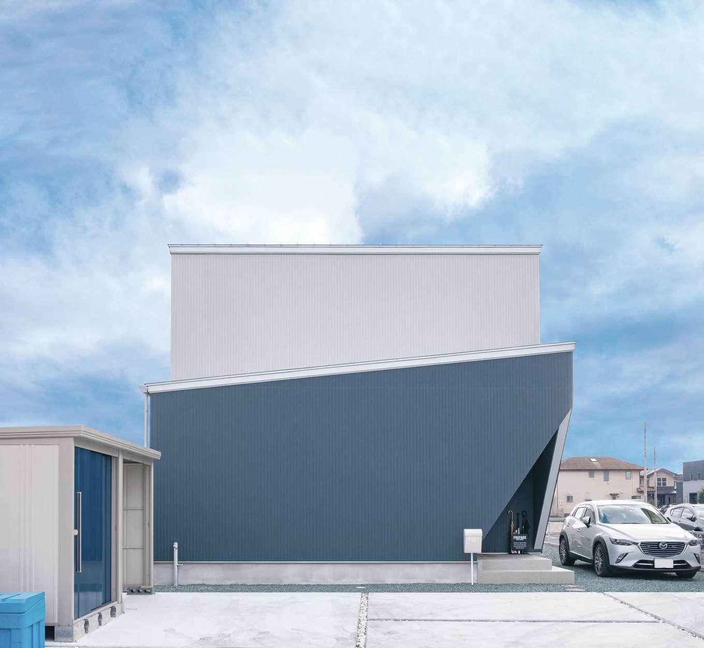 ティアラホームスタイル【デザイン住宅、間取り、ペット】窓がほとんどない、シンプルな外観。クールなブルー×グレーの配色、鋭角に切り取った玄関ポーチがカッコいい
