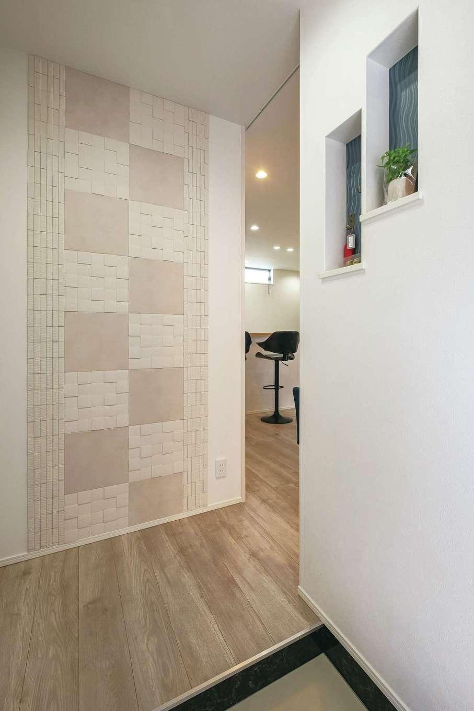 ティアラホームスタイル【デザイン住宅、間取り、ペット】エコカラットとニッチでシンプルな中にも個性を出した玄関