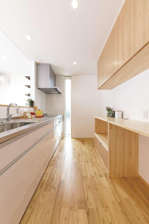片川工務店【子育て、収納力、自然素材】キッチン後ろの上下棚は置くものやしまうものをイメージして手づくり