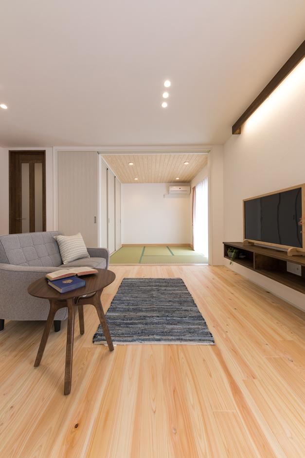 片川工務店【子育て、収納力、自然素材】リビングの続き間として用意した和室。両親や友人が泊まりに来た時や、子どもが遊ぶ時にも便利