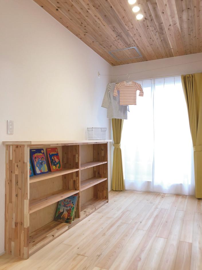 片川工務店【子育て、収納力、自然素材】保育園からの購入で毎月1人1冊ずつ本が増え、年間で24冊増える計算に。本が大好きな子どもたちが自分で好きな本を手に取れるように、子ども用の手づくり本棚を2階ホールに取付けた