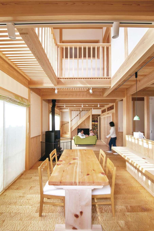 住まい工房 整建【デザイン住宅、和風、自然素材】吹抜けが開放的なLDK。ダイニングの床は木の表面に大工道具の痕跡を残す「なぐり加工」を施した希少材。足触りが良く、掃除もラクにできる