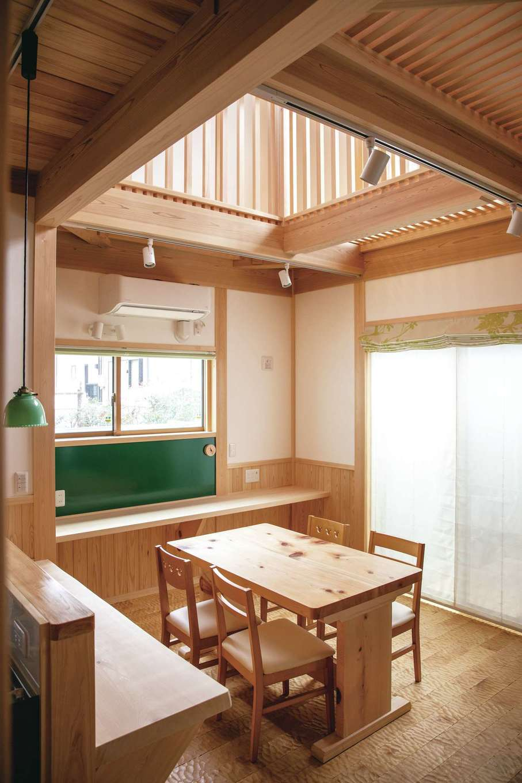 住まい工房 整建【デザイン住宅、和風、自然素材】吹抜けのダイニングは壁側にスタディコーナーを確保