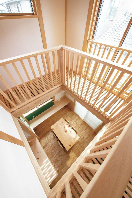 住まい工房 整建【デザイン住宅、和風、自然素材】吹抜けをぐるりと取り巻くキャットウォーク。室内干しに大活躍