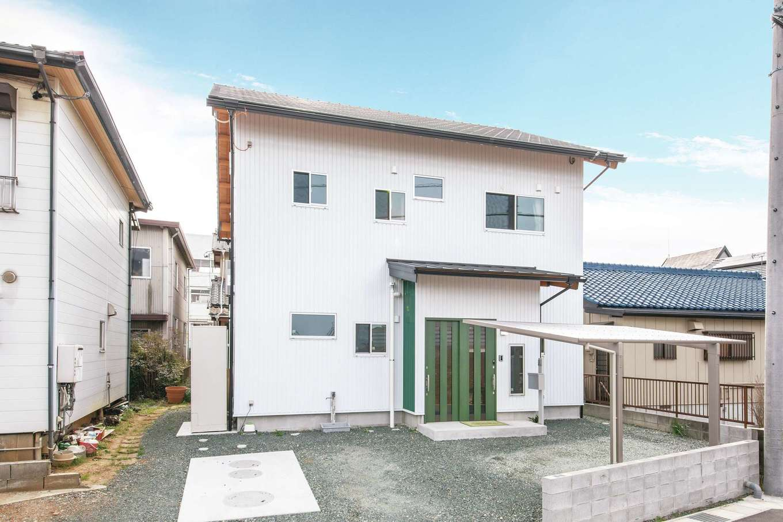 住まい工房 整建【デザイン住宅、和風、自然素材】白いガルバリウム鋼板の外壁にグリーンのアクセントカラーが映える爽やかな外観
