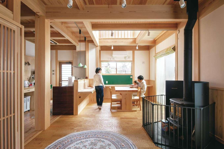 住まい工房 整建【デザイン住宅、和風、自然素材】ヒノキの香りに包まれたLDK。壁は漆喰塗り。冬は薪ストーブで暖をとり、焼き芋や煮物などを作ることも。薪ストーブだけで晩御飯を作る日もあるそう