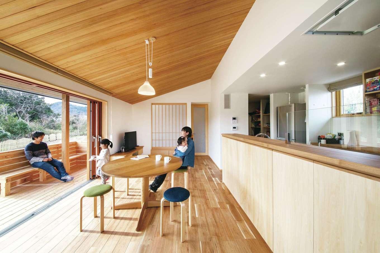 ぴたはうす 安食建設【自然素材、間取り、平屋】大きな窓と味わい深い栂(つが)の天井が印象的なリビング。木製のサッシを開ければ、ウッドデッキと一続きになり、より開放感あふれる雰囲気に。