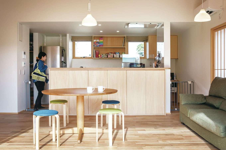 ぴたはうす 安食建設【自然素材、間取り、平屋】キッチンカウンターの下はすべて収納になっているため、家の中がすっきり片付く