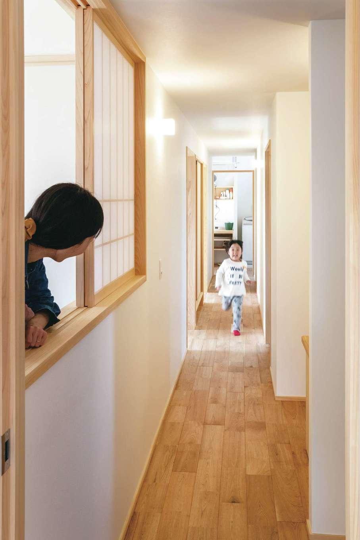ぴたはうす 安食建設【自然素材、間取り、平屋】家の東にLDK、西にバスルームと脱衣所があり、間に個室を配置して、長い廊下でつなげたS邸。一定の温度と湿度で保たれた家の中を子どもが元気に走り回る